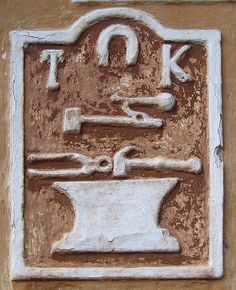Libotyne,další Bursovou stavbou je bývalá kovárna č.24, na štítu je zde emblém s kovářskými symboly.