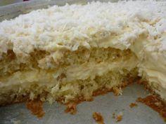 Para o bolo: 2 ovos 1 colher (sopa) de margarina 1 xícara (chá) de açúcar 1/2 xícara (chá) de leite morno 1 e 1/4 xícara (chá) de farinha de trigo 1 colher (sobremesa) de fermento Para o recheio: 1 abacaxi pequeno Açúcar para cozinhar o abacaxi 500 gramas de chocolate branco nobre de boa qualidade …