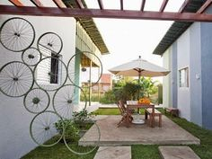 Bicycle Wheels Outdoor Screen lOVE this idea Garden Privacy, Balcony Garden, Outdoor Balcony, Garden Structures, Outdoor Structures, Outdoor Garden Furniture, Outdoor Decor, Law Office Design, Bicycle Decor