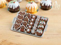 Lebkuchen Weihnachtsgebäck auf Metall Backen Blatt - winzige Miniatur Essen im 12. Maßstab für Dollhouse