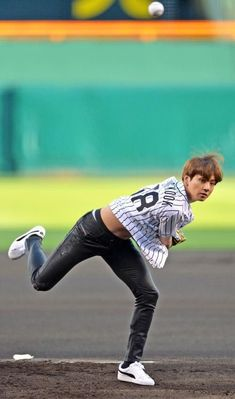 Im still wondering how he managed to do this in leather pants<<I'm still wondering why ppl still whitewash him