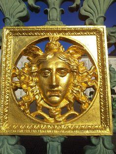 La gorgone dorata sulla cancellata di #Palazzo #Reale opera di Pelagio Palagi