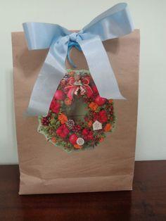 Embrulho de natal.Utilizando papel craft. Motivo: Guirlanda com laço.