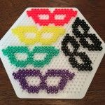 hama.masker Granada, Beaded Cross Stitch, Lets Celebrate, Hallows Eve, Diy Halloween, Perler Beads, Mardi Gras, Hello Kitty, Make It Yourself