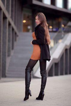 Brązowa sukienka, czarny płaszcz, wzorzyste rajstopy i błyszczące skórzane kozaki | Ari-Maj / Personal blog by Ariadna Majewska