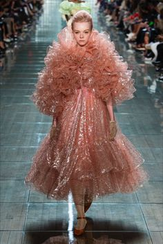 Marc Jacobs sent some incredible looks down the runway at Fashion Week this year. Here are my favorites from the Marc Jacobs Spring 2018 collection. Style Couture, Couture Fashion, Runway Fashion, Fashion Models, Fashion Week, New York Fashion, High Fashion, Marc Jacobs, Vogue