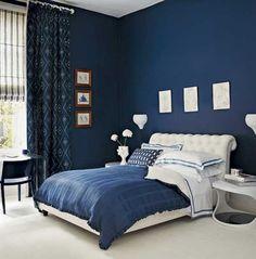 koyu mavi duvar boyası rengi ile modern yatak odası dekorasyonu fikirleri ile mobilya seçimi tavsiyeleri