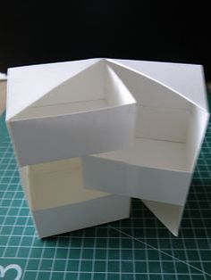 Secret Box Tutorial in Dutch. Photos are great and the decorated box at the end is lovely. Box Origami, Origami Paper, Diy Paper, Diy Projects To Try, Craft Projects, Fun Crafts, Diy And Crafts, Secret Box, Craft Box