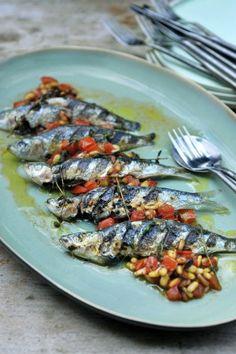 Gegrilde sardines met pijnboompitten en tomaat | Pascale Naessens