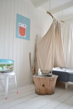 Déco au Naturel : Chambre d'enfant #1 simple bed canopy hung fom a branch. trunk side table. whitewashed