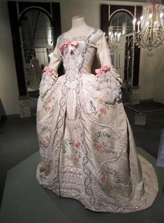 Marie Antoinette dress - I want to make this dress! The embroidery and textile work was so . 18th Century Dress, 18th Century Costume, 18th Century Fashion, Vintage Gowns, Vintage Outfits, Vintage Fashion, Vintage Prom, Antique Clothing, Historical Clothing