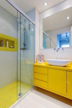 niche bathroom with yellow decor Yellow Bathroom Decor, Yellow Bathrooms, Modern Bathroom, Small Bathroom, Colorful Bathroom, Bad Inspiration, Bathroom Inspiration, Yellow Cabinets, Decoration Originale