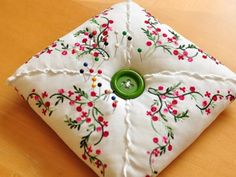 How To Create A Hankie Pin Cushion. Pretty simple and can be made easily with a hankie, some thread and some stuffing. Fill with lavender to make a sachet. Fabric Crafts, Sewing Crafts, Sewing Projects, Sewing Kits, Craft Projects, Vintage Crafts, Vintage Sewing, Vintage Linen, Vintage Stuff