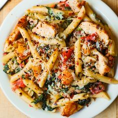 Chicken and Bacon Pasta with Spinach and Tomatoes in Garlic Cream Sauce –  an Italian-inspired dish with lots of vegetables!  Sliced chicken breast and bacon are tossed with veggies and penne pasta in a delicious, creamy, homemade Alfredo sauce made with Parmesan cheese. #chicken #pasta #chickenpasta #dinner #recipe #chickenbaconpasta #baconpasta