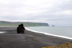 Playa de arena negra de Vík, Islandia.