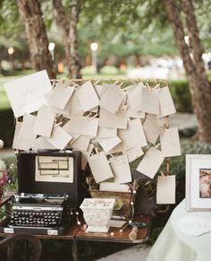 Des mots suspendus en guise de livre d'or pour les mariés, écrits à l'aide d'une ancienne machine à écrire