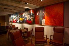 """Het schilderij """"Zeeuwse Helden"""" is de blikvanger van het Grand Cafe. Kunstenares Sil van Mil is nog vaak aanwezig om het schilderij af te maken.    Herkent u alle Zeeuwse helden?"""