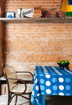 Casa antiga reformada. Sala de jantar com parede de tijolinho e prateleiras de concreto. Exposed Brick Walls, Cabana, Kitchen Ideas, House Design, Living Room, Cement Walls, Dining Room, Brick Cottage, New Kitchen