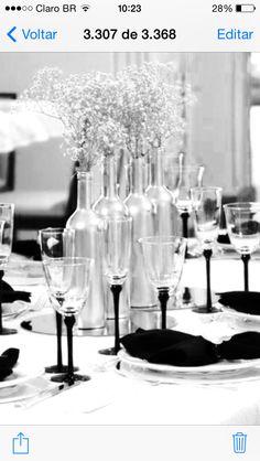 Idéia criativa de centros de mesa altos feitos com garrafas de vinho