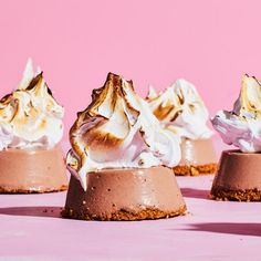 These campfire-inspired treats combine rich chocolate, graham crackers, and marshmallows in a whole new way. Torch them just before serving to mimic toasted marshmallows. Mini Desserts, Frozen Desserts, Frozen Treats, Just Desserts, Awesome Desserts, Individual Desserts, Cold Desserts, Summer Desserts, Pie Recipes