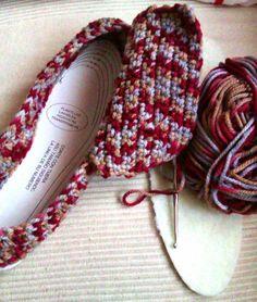 Making a hand-woven slippers Crochet Turban, Crochet Hooded Scarf, Crochet Wool, Freeform Crochet, Diy Crochet, Crochet Crafts, Crochet Projects, Crochet Slipper Boots, Crochet Baby Booties