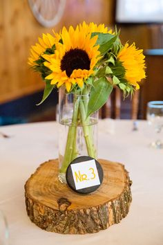 Tischdeko mit Sonnenblumen In our picture gallery we show you summery-beautiful table decoration wit Wedding Decorations On A Budget, Backdrop Decorations, Decoration Table, Floral Centerpieces, Table Centerpieces, Wedding Centerpieces, Sunflower Baby Showers, Table Set Up, Wedding Table Settings