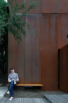 A freestanding 24 sq m studio constructed to the north of an existing house in Kew.idea of opposite is also conveyed by the surface. Architecture Details, Architecture Art, Steel Cladding, Facade Pattern, Interior Concept, Corten Steel, Family Room Design, Industrial House, Maine House
