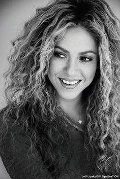 Shakira es una cantante famosa en el mundo. Nació y se crió en Colombia. Ella es también un compositor, bailarín y productor