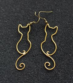 Etsy の Cats Wire Wrapped Brass or Copper Earrings by Hvitolg