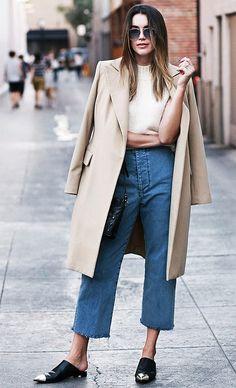 Street style look com sobretudo bege. As mules são ótimas escolhas por serem elegantes por si só. Crie layers na produção, assim você passa a sensação de um look mais elaborado.