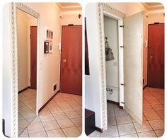 Creare un piccolo ripostiglio nell'ingresso. Alzare una parete di cartongesso, applicare una porta di compensato, rivestirla con uno specchio e circondare il perimetro dell'ingresso con una cornice a piacimento.  Il ripostiglio c'è ma non si vede!