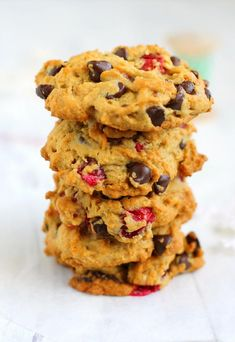 A delicious recipe for vegan and gluten free cranberry chocolate chip cookies. These cookies are thick and chewy with lots of cranberries and walnuts. Gluten Free Christmas Cookies, Gluten Free Sugar Cookies, Gluten Free Cookie Recipes, Healthy Cookies, Holiday Cookies, Vegan Recipes, Classic Chocolate Chip Cookies Recipe, Walnut Cookies, Cranberry Cookies
