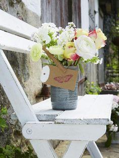 Der Frühling steht schon vor der Tür und wir wollen ihn mit wunderschönen farbenfrohen Blumensträußen begrüßen. Hier kommen sechs DIY-Ideen.