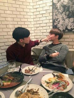 Wouldn't it be funny if Tea got jealous of Baby because Rich does these things for him but irl, he just acts like a mom towards him *cough that's Tea's job cough* Boys Korean, Korean Boys Ulzzang, Korean Couple, Ulzzang Couple, Cute Korean, Ulzzang Boy, Asian Boys, Tumblr Gay, Lgbt Couples
