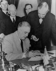 President Franklin Roosevelt signing the Declaration of War against Japan, on, December 1941 after Japan's surprise attack on Pearl Harbor. Franklin Roosevelt, President Roosevelt, President Fdr, Roosevelt Family, Theodore Roosevelt, American Presidents, Us Presidents, American History, Usa