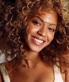 Did you know that when we say 'curly', we are generalizing hair types? Curly is a loose term used to describe wavy, curly and coily hair. Knowing the types of curly hair will help you to choose the right type of products and techniques for your hair. Beyonce Knowles Carter, Beyonce And Jay, Beautiful Celebrities, Beautiful Women, Curly Hair Styles, Natural Hair Styles, Beyonce Style, Natural Curls, Kinky Hair