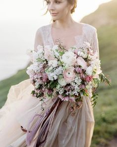 Still looking for a bridal bouquet to complement your look on the big day? Then this romantic and naturally unstructured floral arrangement by @vofloraldesign could be the perfect opt for spring celebration.