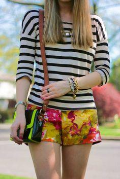 ¡Mezcla, mezcla! No tengas miedo de combinar una blusa con estampados florales con un pantalón a rayas, ¡viva la entropía! #prints #mixedprints #fashiontrends