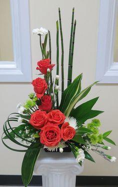 Ikebana with snake grass Valentine's Day Flower Arrangements, Rosen Arrangements, Contemporary Flower Arrangements, Altar Flowers, Church Flowers, Funeral Flowers, Flower Centerpieces, Flower Decorations, Gladiolus Arrangements