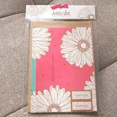花束を贈るようにギフトに添えたいグリーティングカードの2枚セット。表面がキラキラした紙を使用しているため、青みがかった緑と、ピンクの発色が美しいカードです。グ... ハンドメイド、手作り、手仕事品の通販・販売・購入ならCreema。