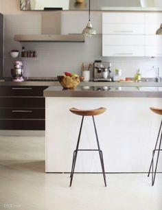 Las barras y taburetes son muy prácticos en las cocinas de hoy. Son perfectos para el desayuno o un tentempié