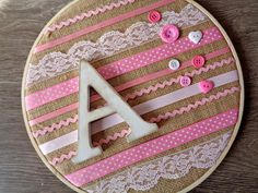 Regalo personalizado en diez minutos Embroidery Hoop Decor, Diy Embroidery, Tambour Embroidery, Diy Home Crafts, Cute Crafts, Crafts For Kids, Felt Wall Hanging, Baby Girl Quilts, Frame Wall Decor