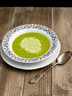 Hráškový krém spadá do velmi jednoduchých a hlavně rychlý polévek, které poměrně často večeříme. Rozpis je na 2 poctivé (rozumějte velké) po... Plates, Tableware, Kitchen, Licence Plates, Dishes, Dinnerware, Cooking, Plate, Kitchens