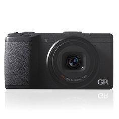 Pentax剛發佈最新全球體積最小兼具APS-C大小CMOS感應器的相機Ricoh GR! 規格上,這部以Snapshot為最高宗旨的相機,採用了 APS-C 尺寸 1,620 萬無低通濾鏡設計的 CMOS 感光元件,最高感度可達 ISO 25,600 ,搭配 GR 相機招牌的等效 28mm的全新設計鏡組,各GR玩家又是時候換機了。