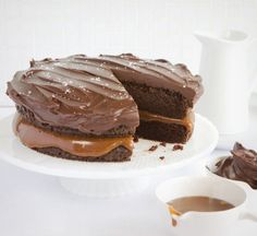 salted caramel & chocolate cake from sweet paul mag (the best) Gateau Choco Caramel, Salted Caramel Chocolate Cake, Chocolate Caramels, Chocolate Pudding, Carmel Chocolate, Chocolate Icing, Chocolate Cupcakes, Chocolate Recipes, Just Desserts