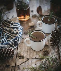 温もりある表情と肌触りのホーローマグは、秋冬の寒い季節にぴったりの器。ぜひお気に入りのマグカップを見つけて、秋冬を温かく過ごしましょう。