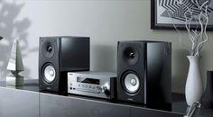 Als besonders elegantes Micro-HiFi-System versteht sich die neue Yamaha MusicCast MCR-N570, die trotz ihrer Kompaktheit mit einem erstaunlichen Funktionsvielfalt auftrumpfen kann.