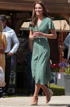 KATE Middleton glowed in green when she arrived to organize a picnic for children in her garden at Hampton Court Palace. The Duchess of Cambridge shone as she met children in her family-friendly garden before taking Kate Middleton Outfits, Casual Kate Middleton, Kate Middleton Wedding Dress, Estilo Kate Middleton, Dresses For Less, Summer Dresses, Green Midi Dress, Maxi Robes, Celebrity Dresses