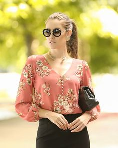 Blouses for women – Lady Dress Designs Blouse Styles, Blouse Designs, Hijab Fashion, Fashion Dresses, Moda Chic, Cute Tops, Ladies Dress Design, Blouses For Women, Lady