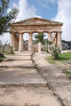 Segesta, tempio dorico costruito tuttavia in una citta' elima,  i cui abitanti gli Elimi, secondo l'antica tradizione, provendo da Troia dopo la sua caduta avvenuta nel 1184 a.C.  si stanziarono nella parte occidentale della Sicilia. Essa fu' peraltro in perenne conflitto con Selinunte sua rivale e vicina.